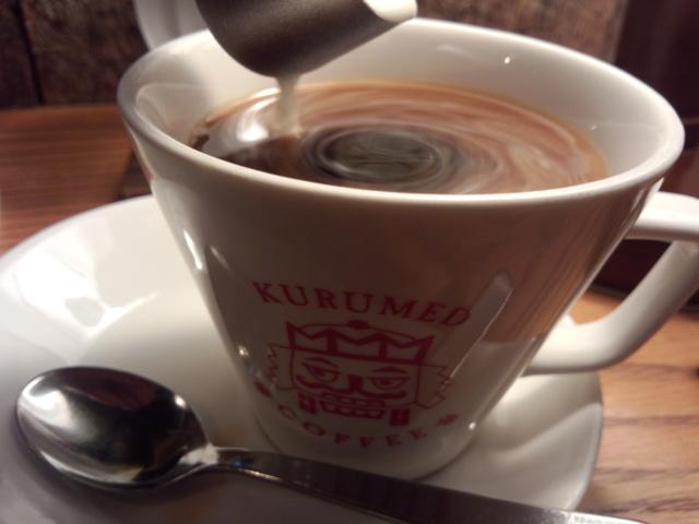 クルミドコーヒーにミルクを入れる