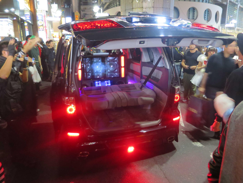 渋谷ハロウィーン - 後のトランクを空けて走る車