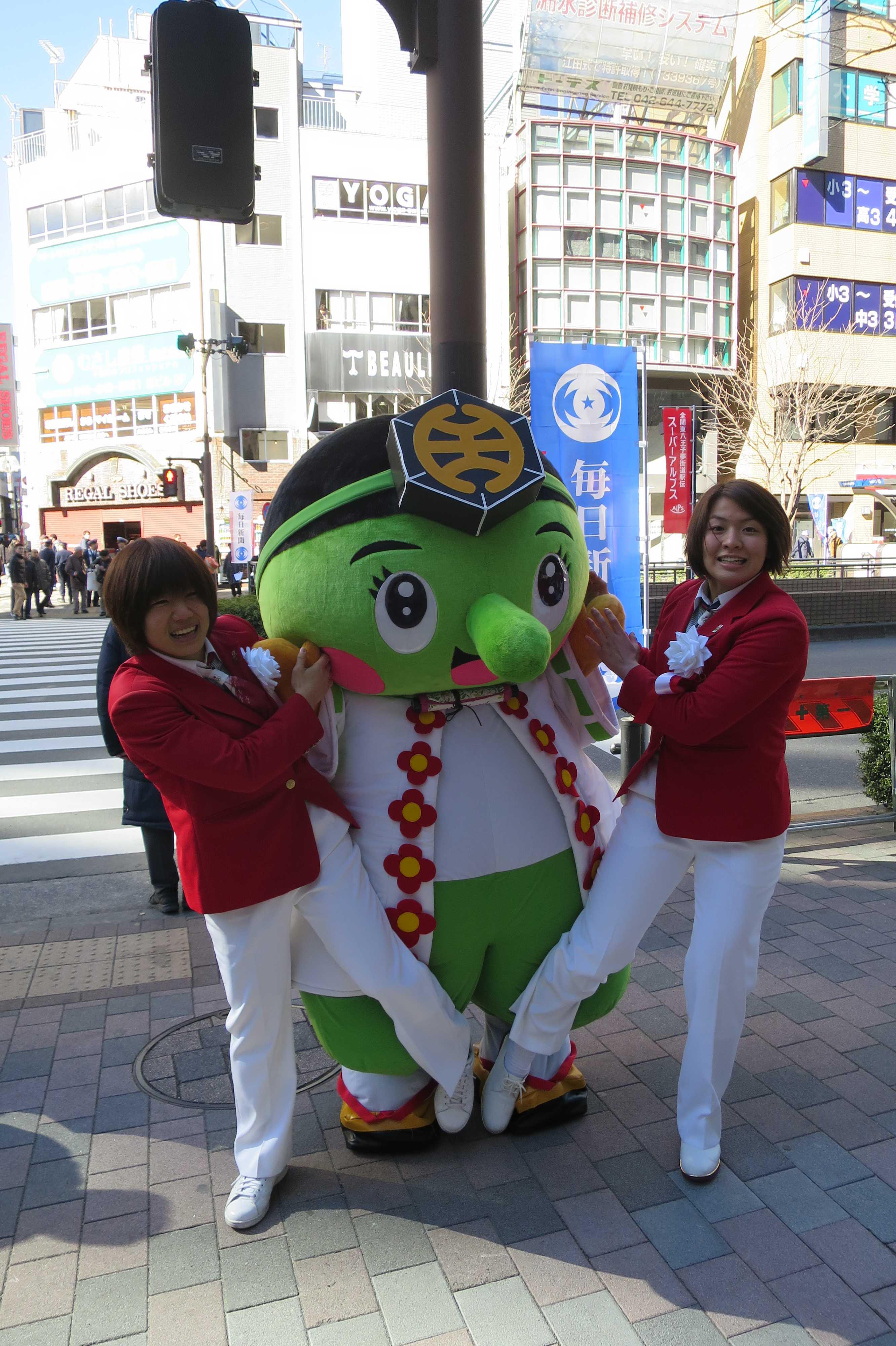八王子のゆるきゃら「みどリ~」に柔道の技をかける中村美里選手と田代未来選手