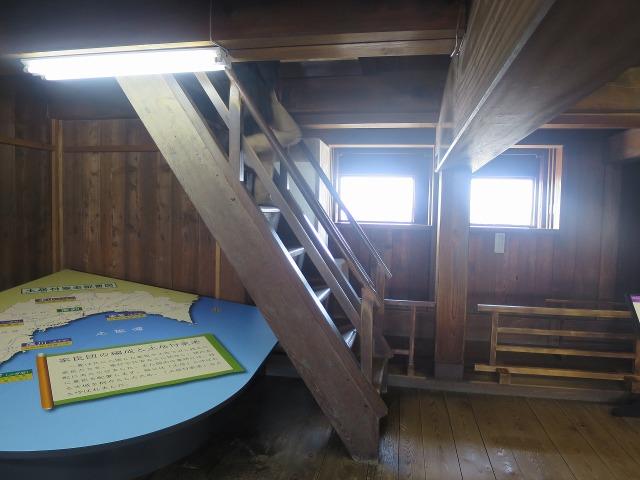 高知城天守閣内の急な階段