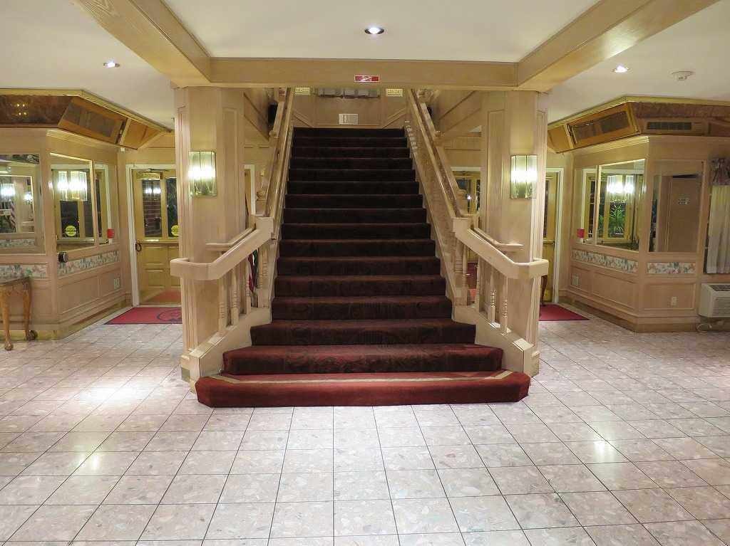 サンノゼ - アリーナホテル(Arena Hotel)のロビーの階段