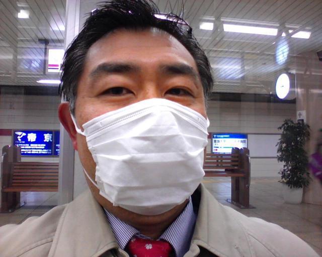 マスク姿の村内伸弘