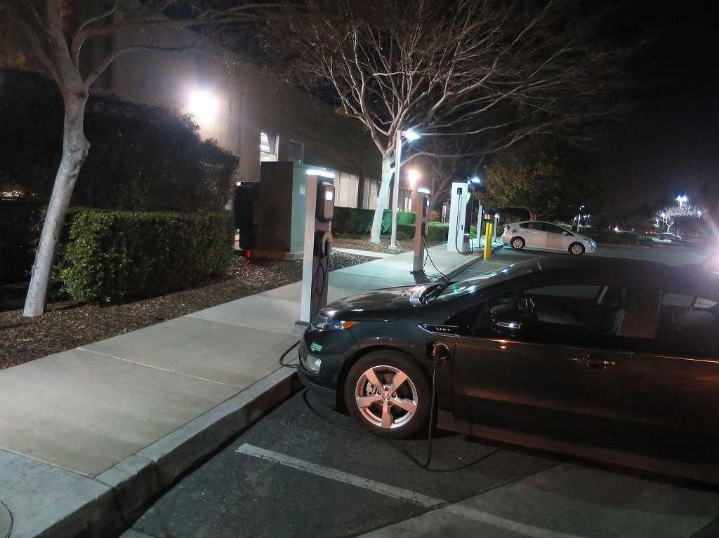 シリコンバレー: EVの充電スタンド