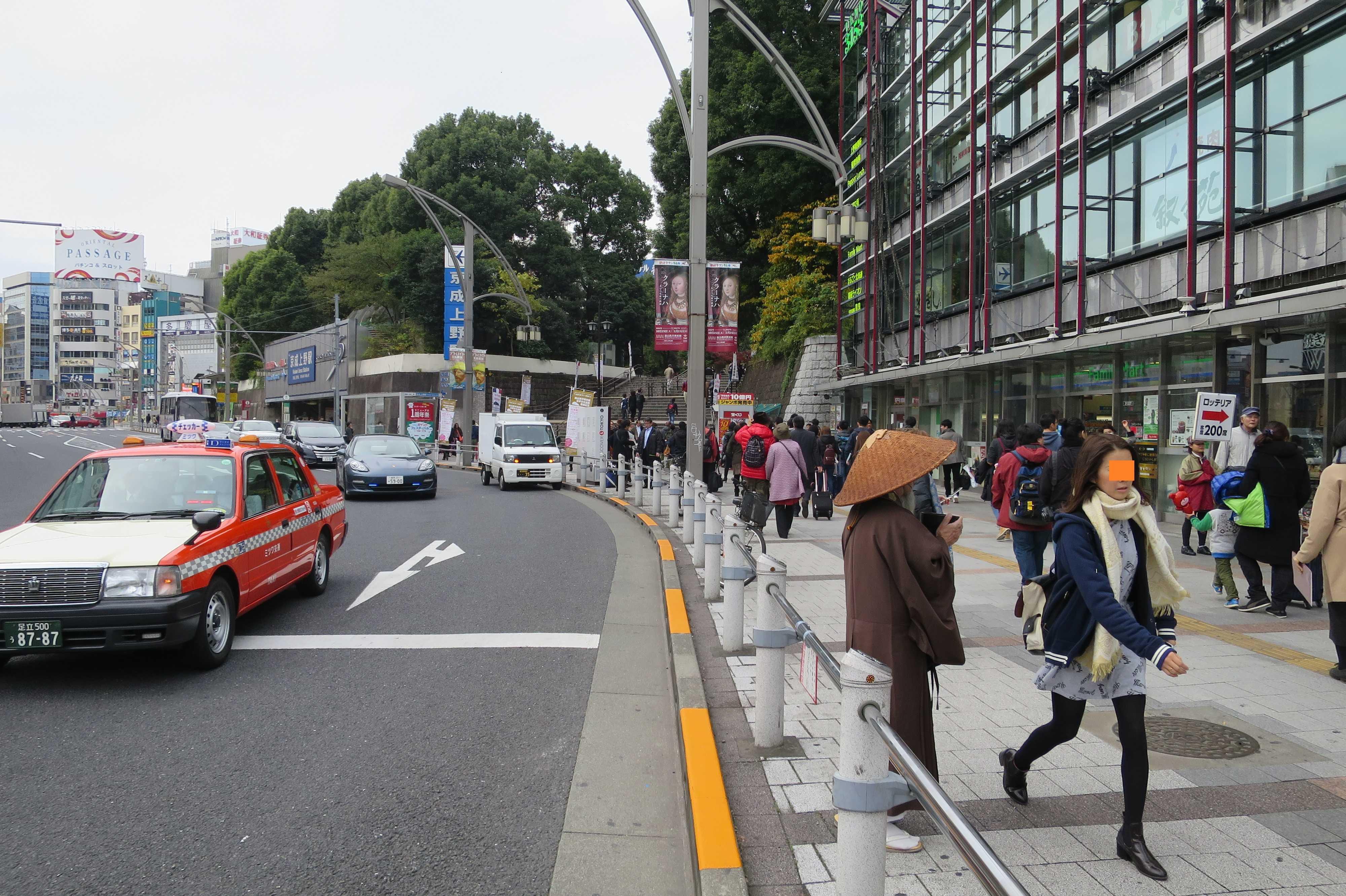 上野公園前の托鉢僧