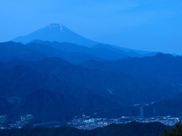 八王子・陣馬山山頂から早朝の青富士を望む