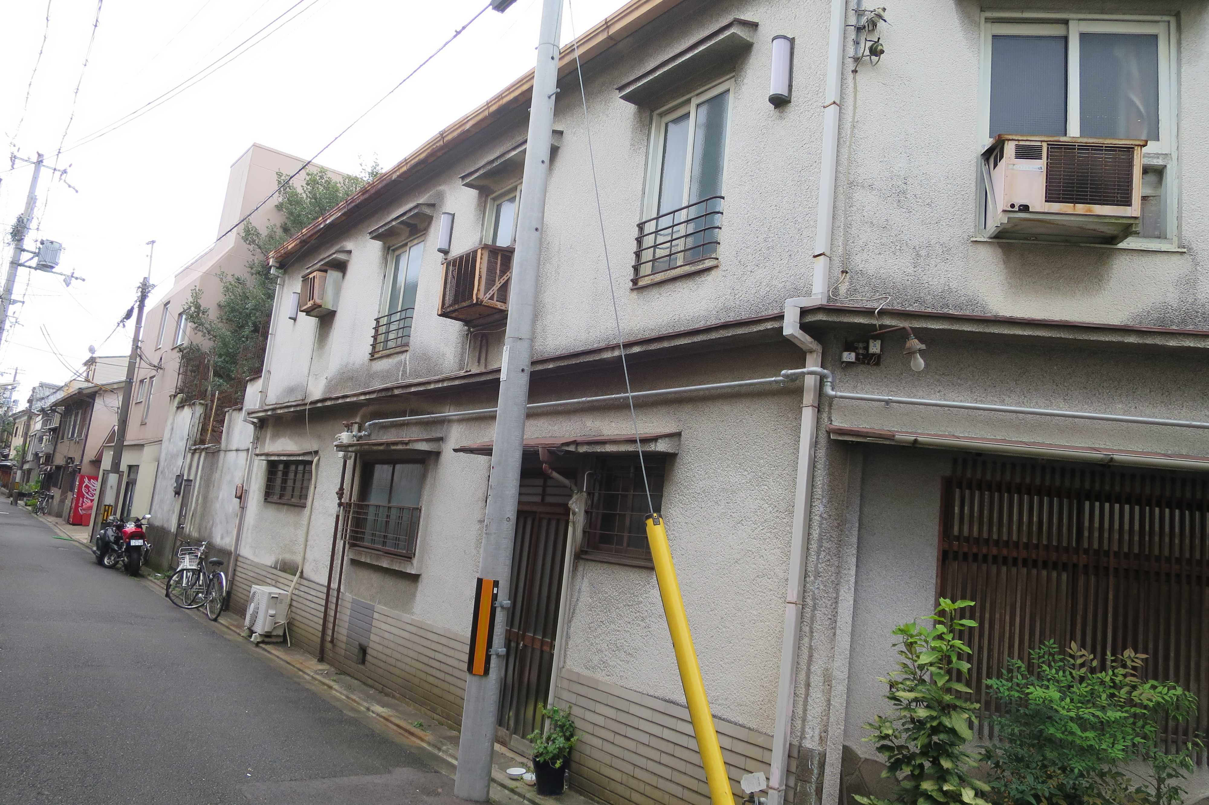 京都・五条 - 窓がやたらとある建物(壁の下部はタイル張り)