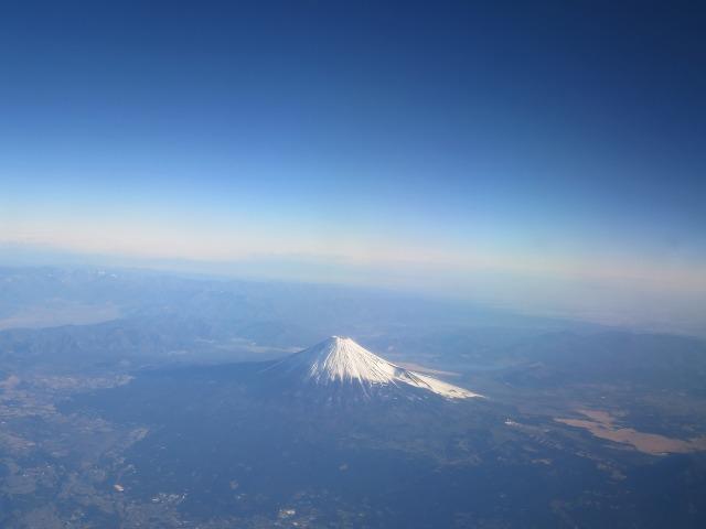 白い雪に覆われた富士山