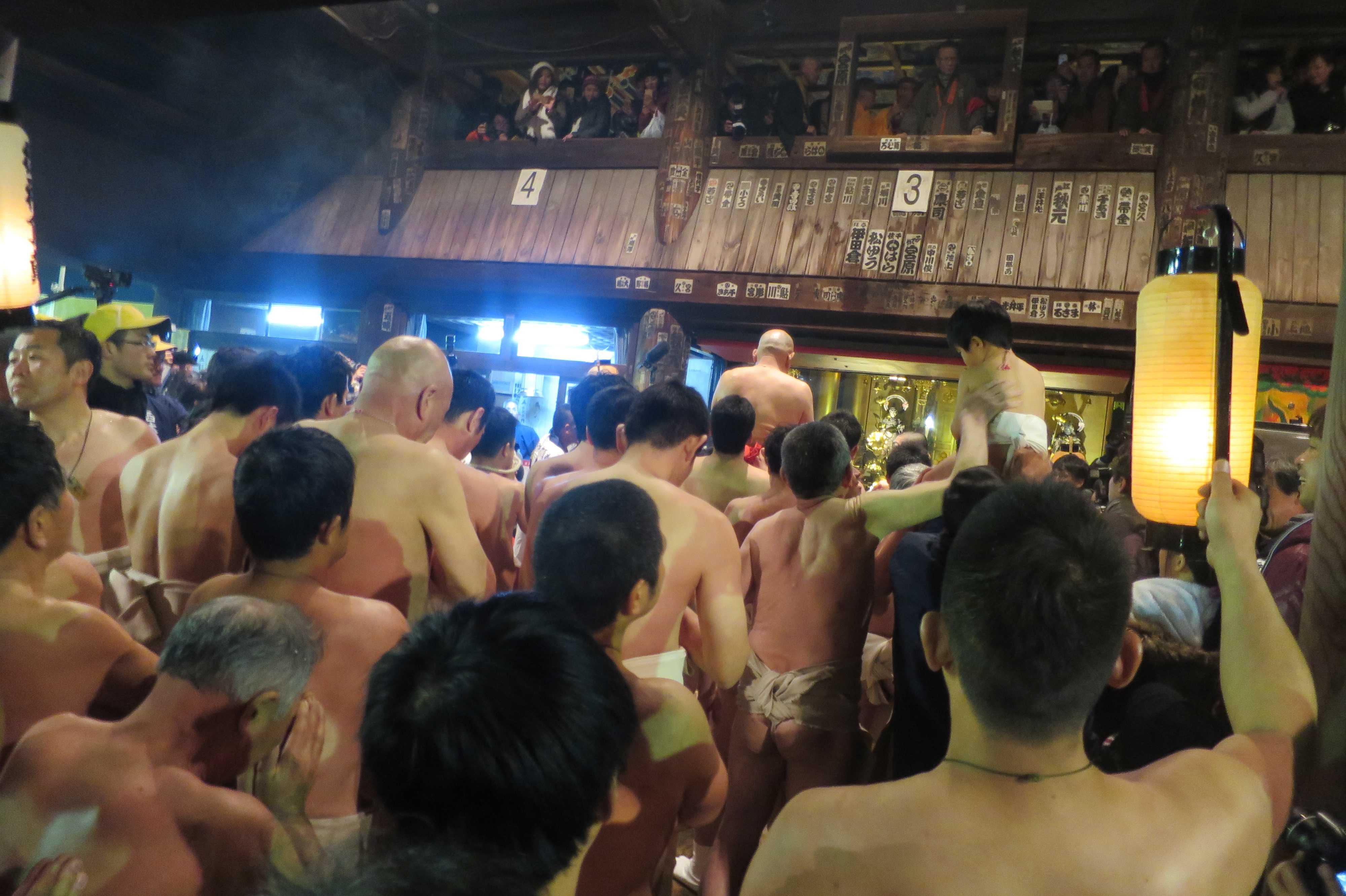 西大寺会陽 - 本堂大床で祈願する林グループ