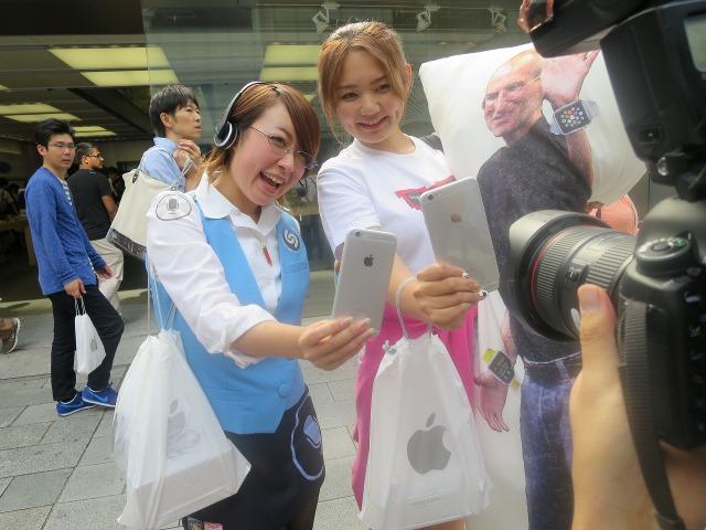 iPhone 6 を手にして喜ぶ女性ファン
