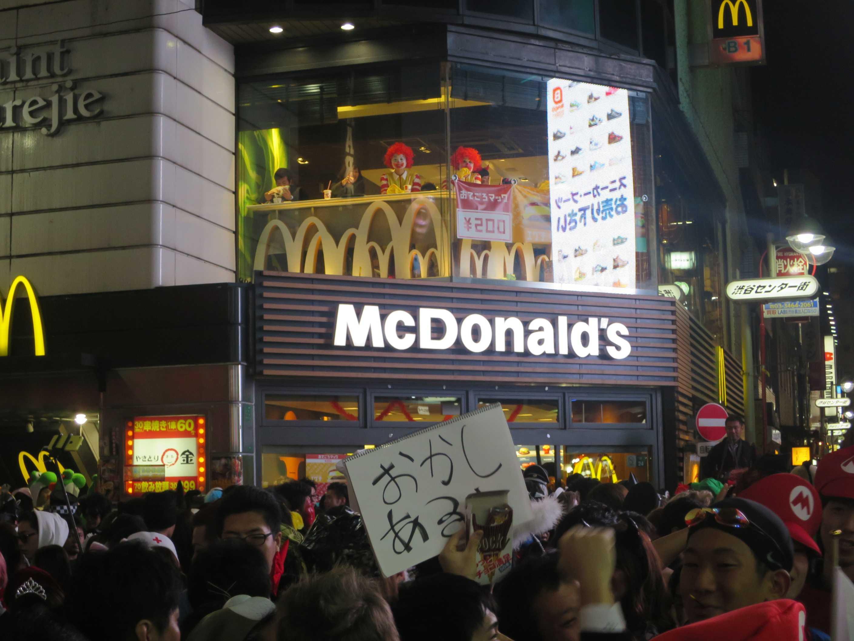渋谷ハロウィーン - マック店内にドナルドが二人