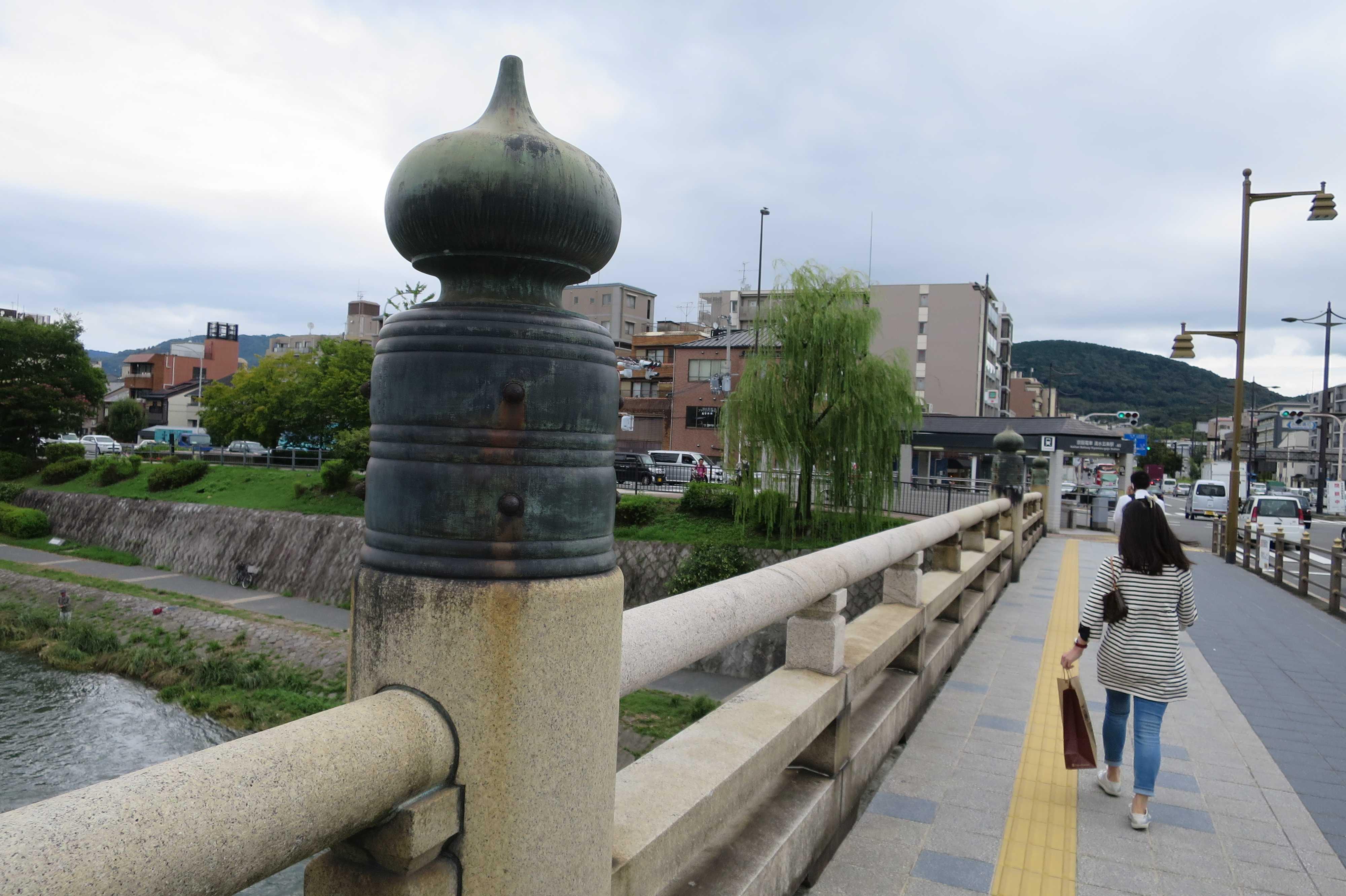 京都・五条大橋の欄干