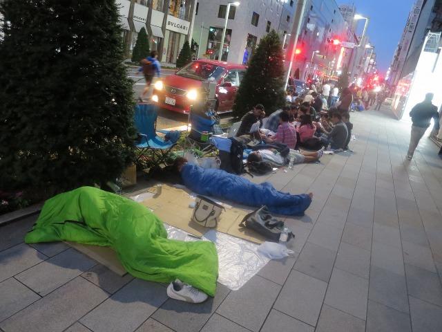 iPhone 6発売を寝袋持参で待つ人々