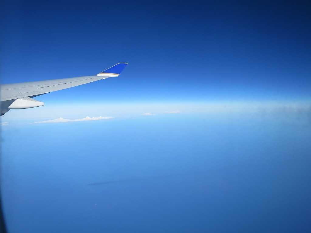 飛行機から見た青い空と雲