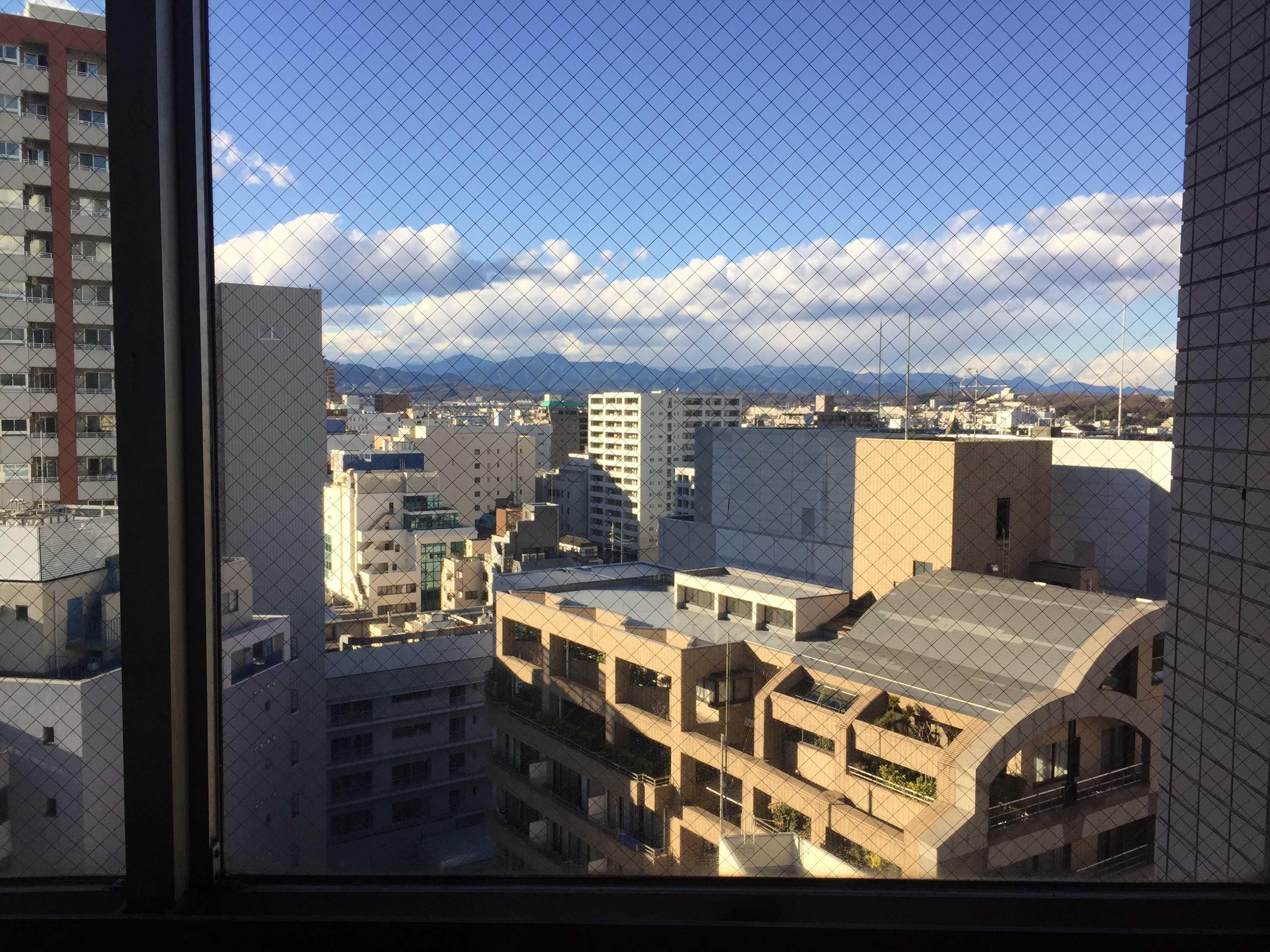 京王八王子の駅ビルから見えた12月23日の八王子の町並みと山並み