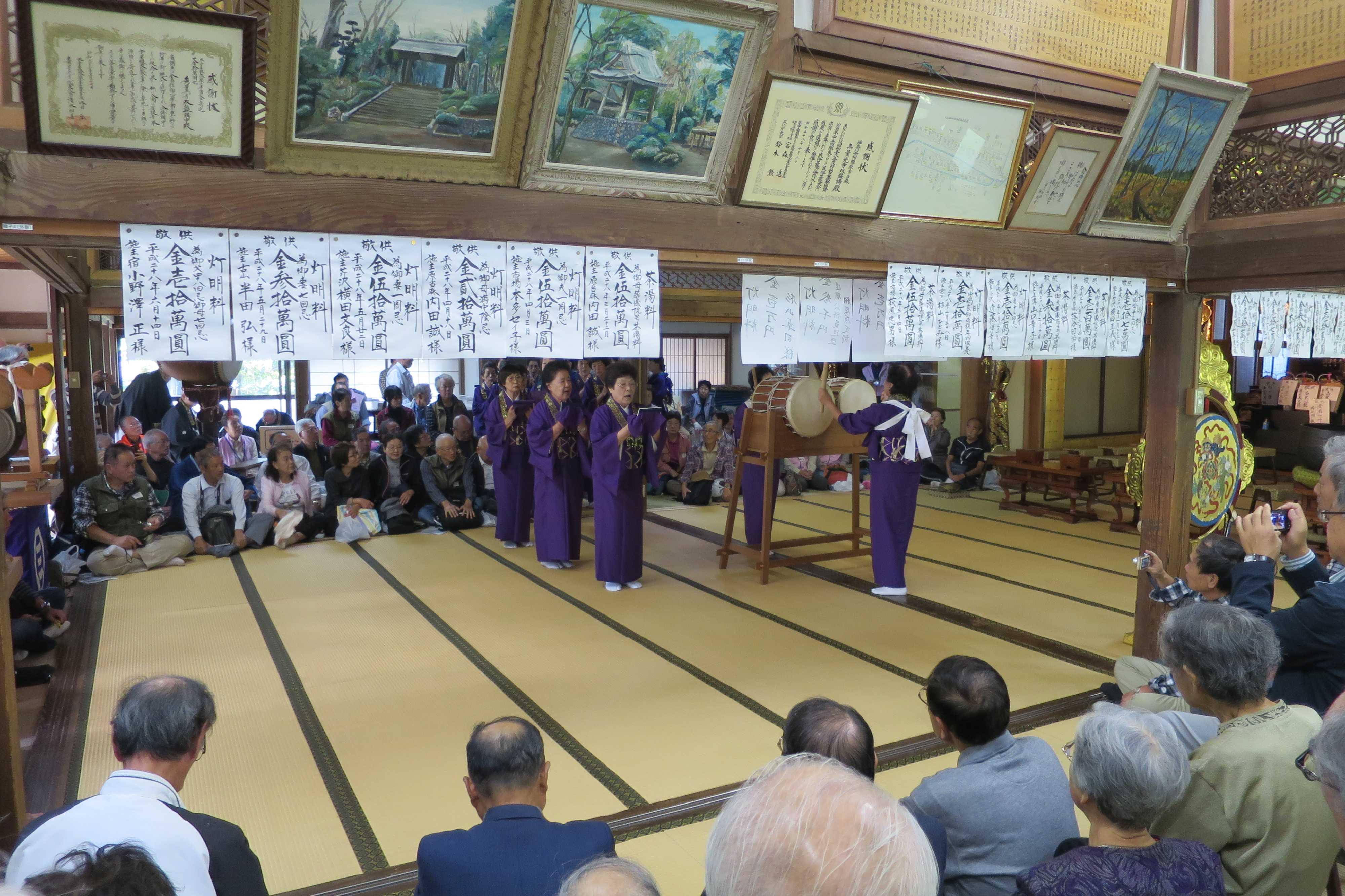 無量光寺の踊り念仏 - 紫色の衣裳を着たお母さん(踊り手)たち