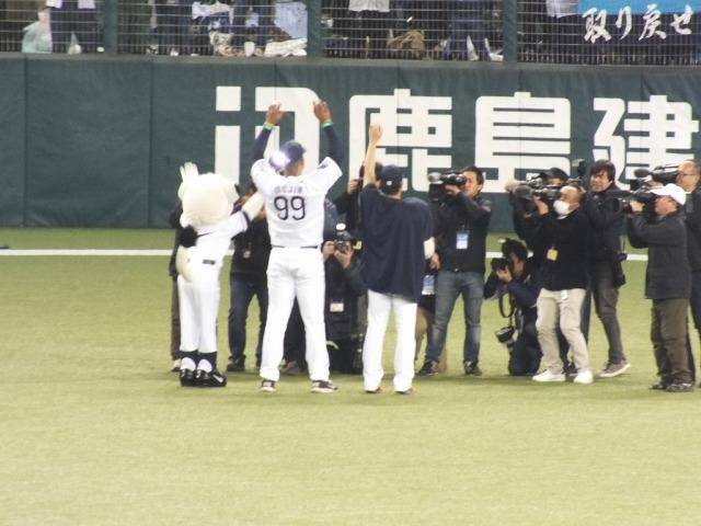手をあげてファンの歓呼に応えるメヒア(99)と牧田
