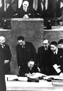 講和条約に署名する首席全権・吉田茂首相