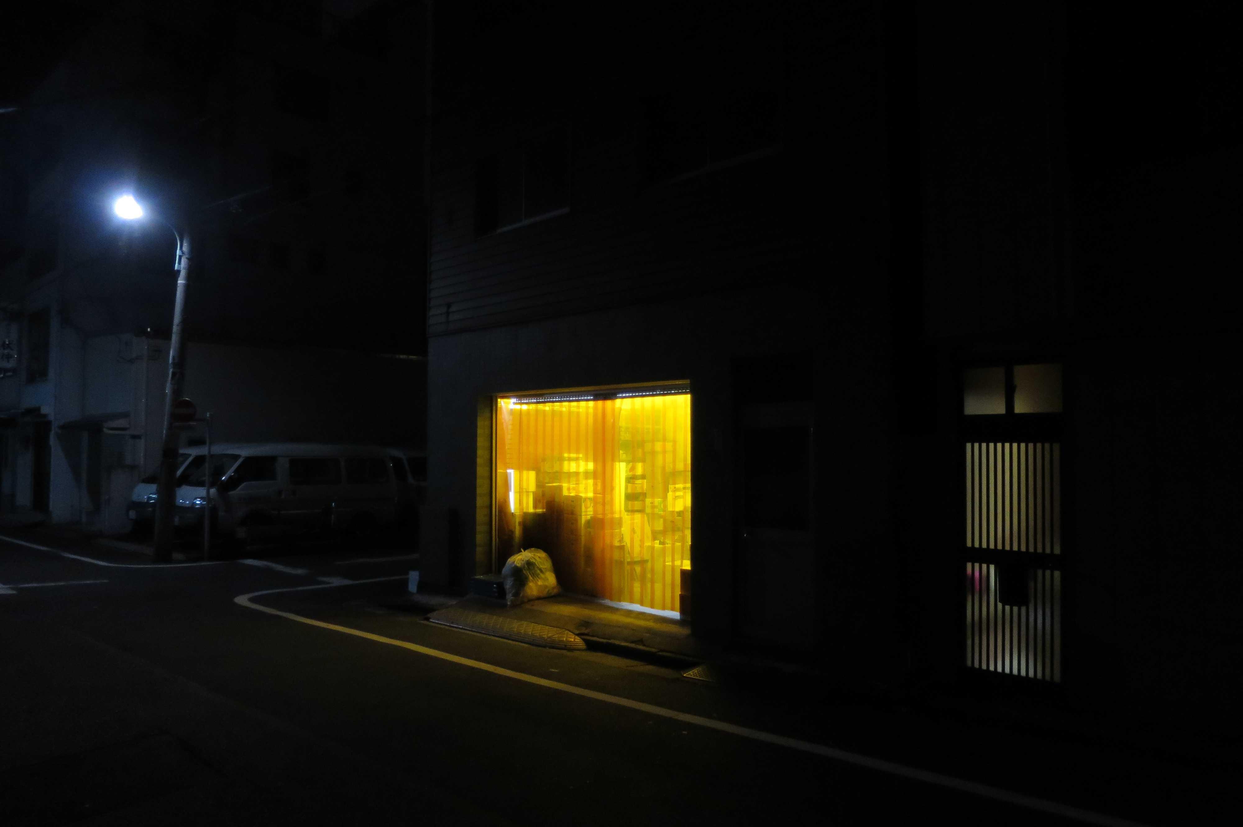 築地エリア - お店のオレンジ色のビニールカーテン