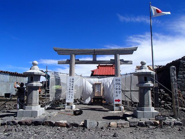 富士山頂上浅間大社奥宮の鳥居