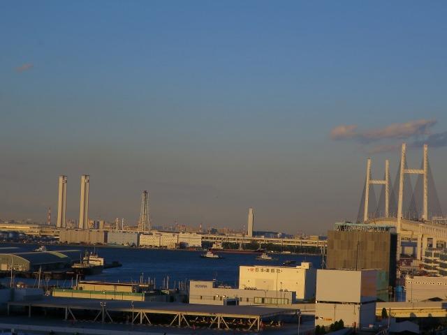 横浜港と横浜ベイブリッジ