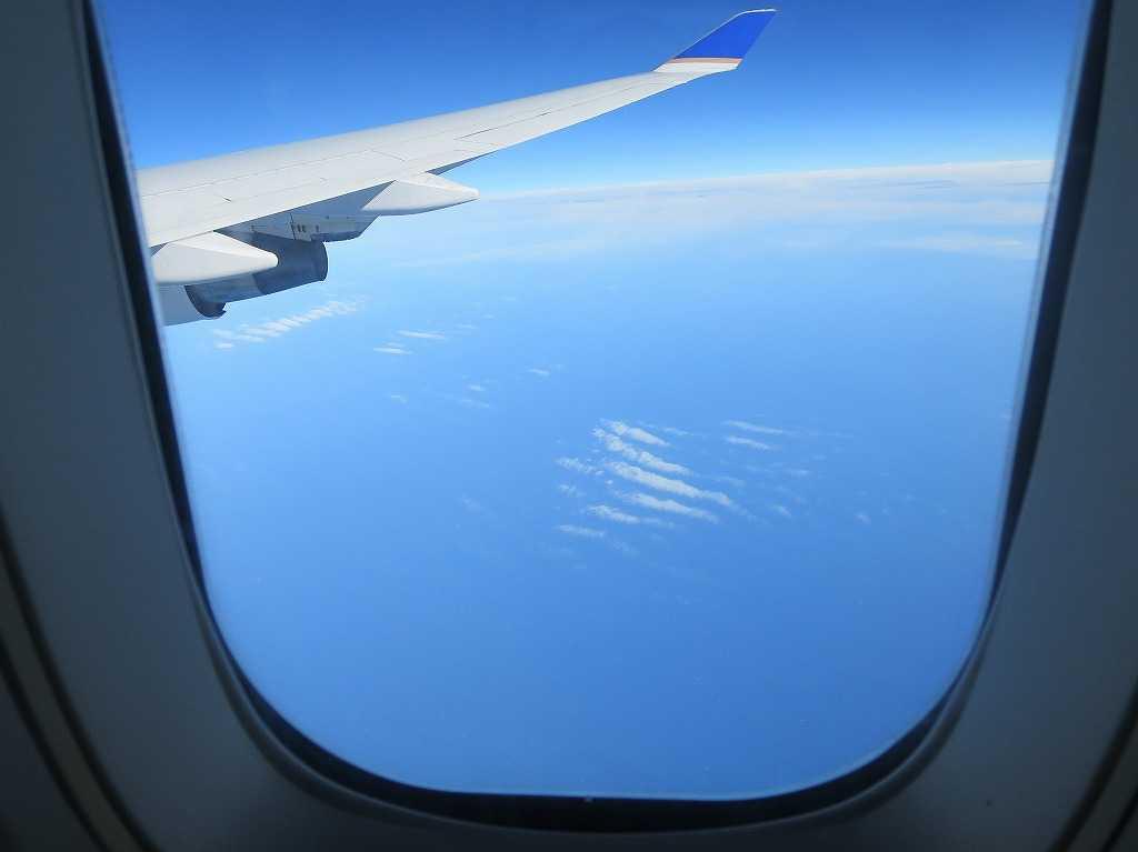 飛行機の窓から撮影した写真