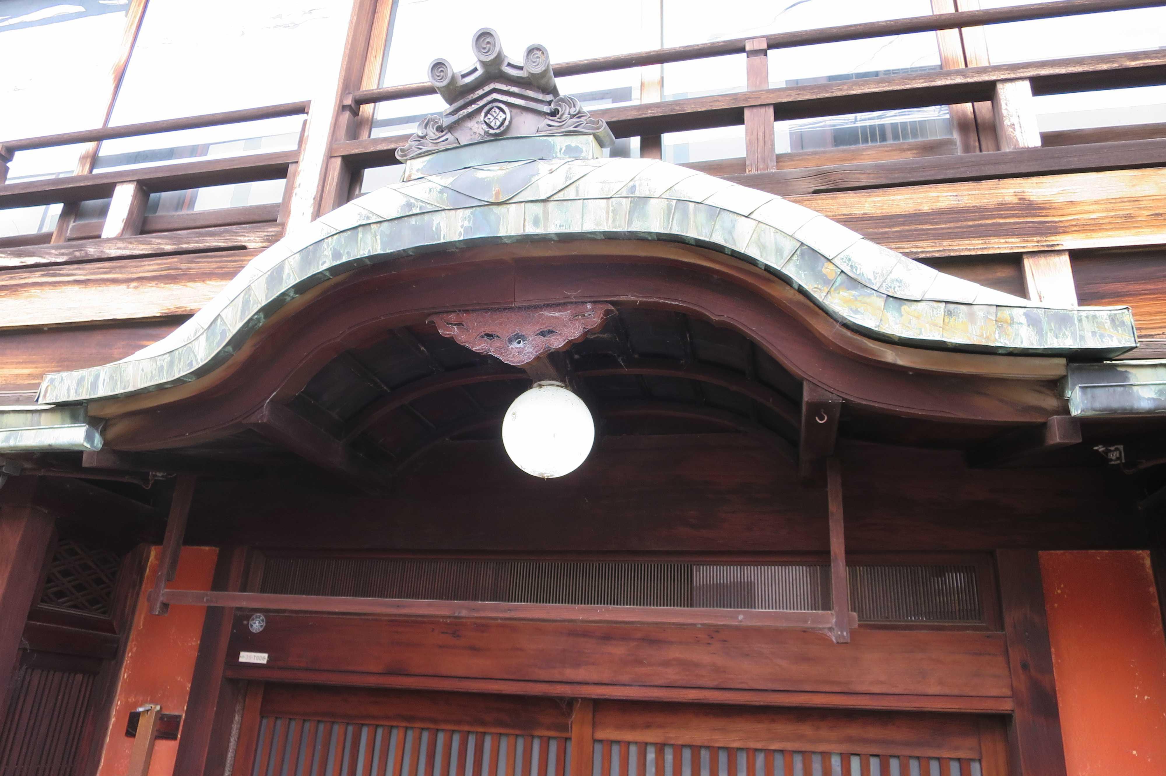 京都・五条楽園の遊郭の唐破風(からはふ)屋根と丸い電球