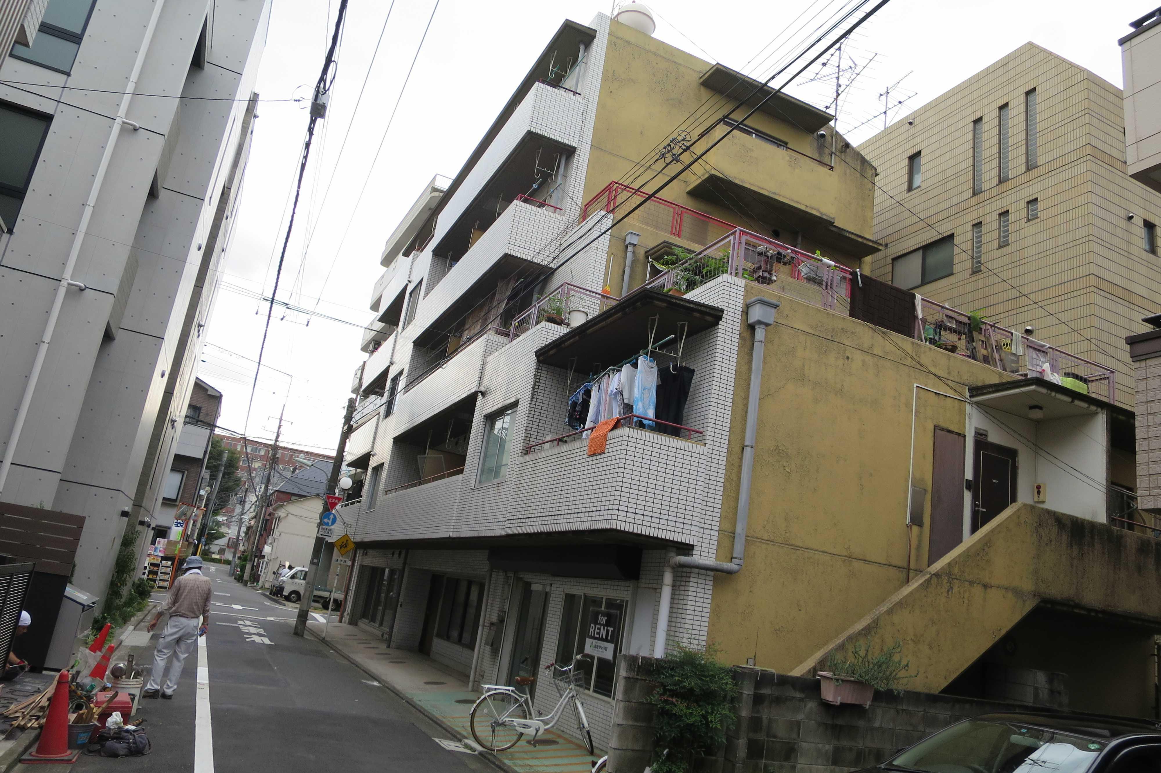 正面は新しそうだけど、横が古い建物 - 東京都品川区