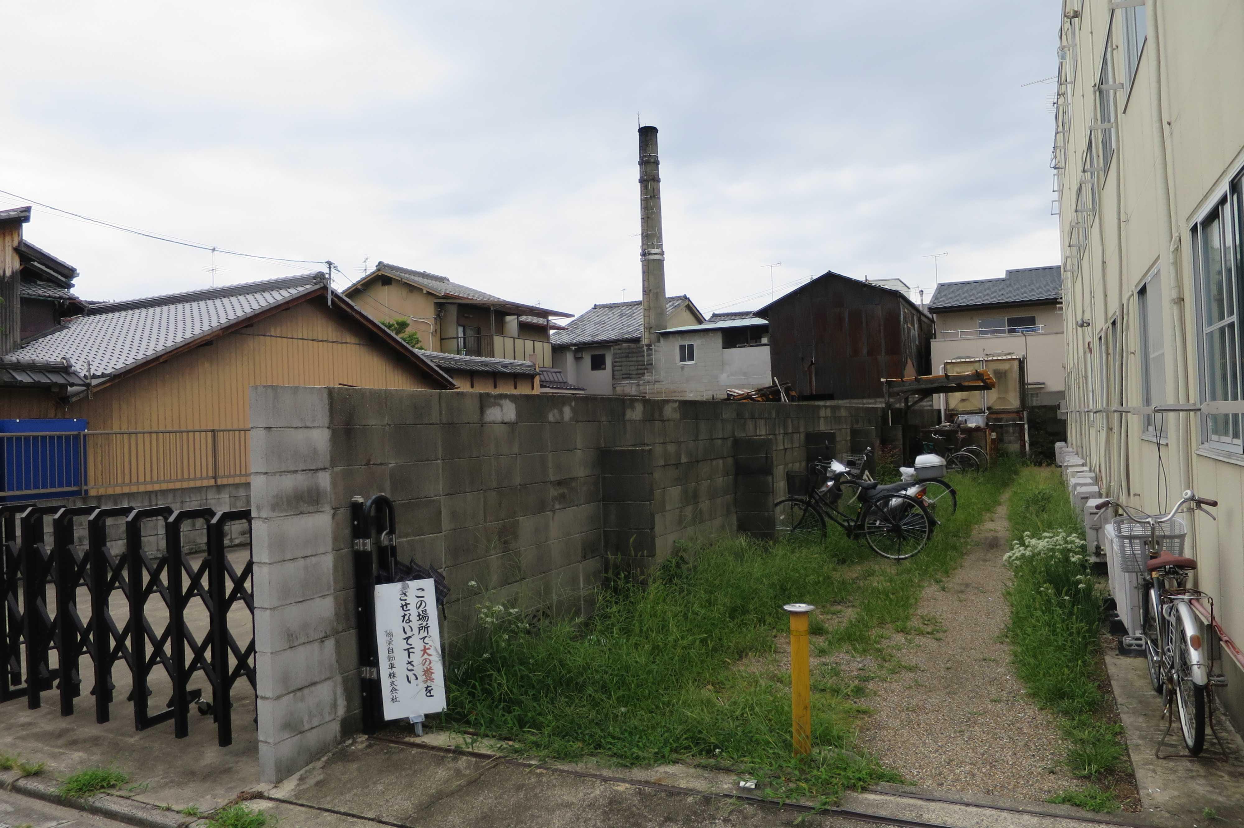 京都 - 輪違屋の前の道路から見えたえんとつ
