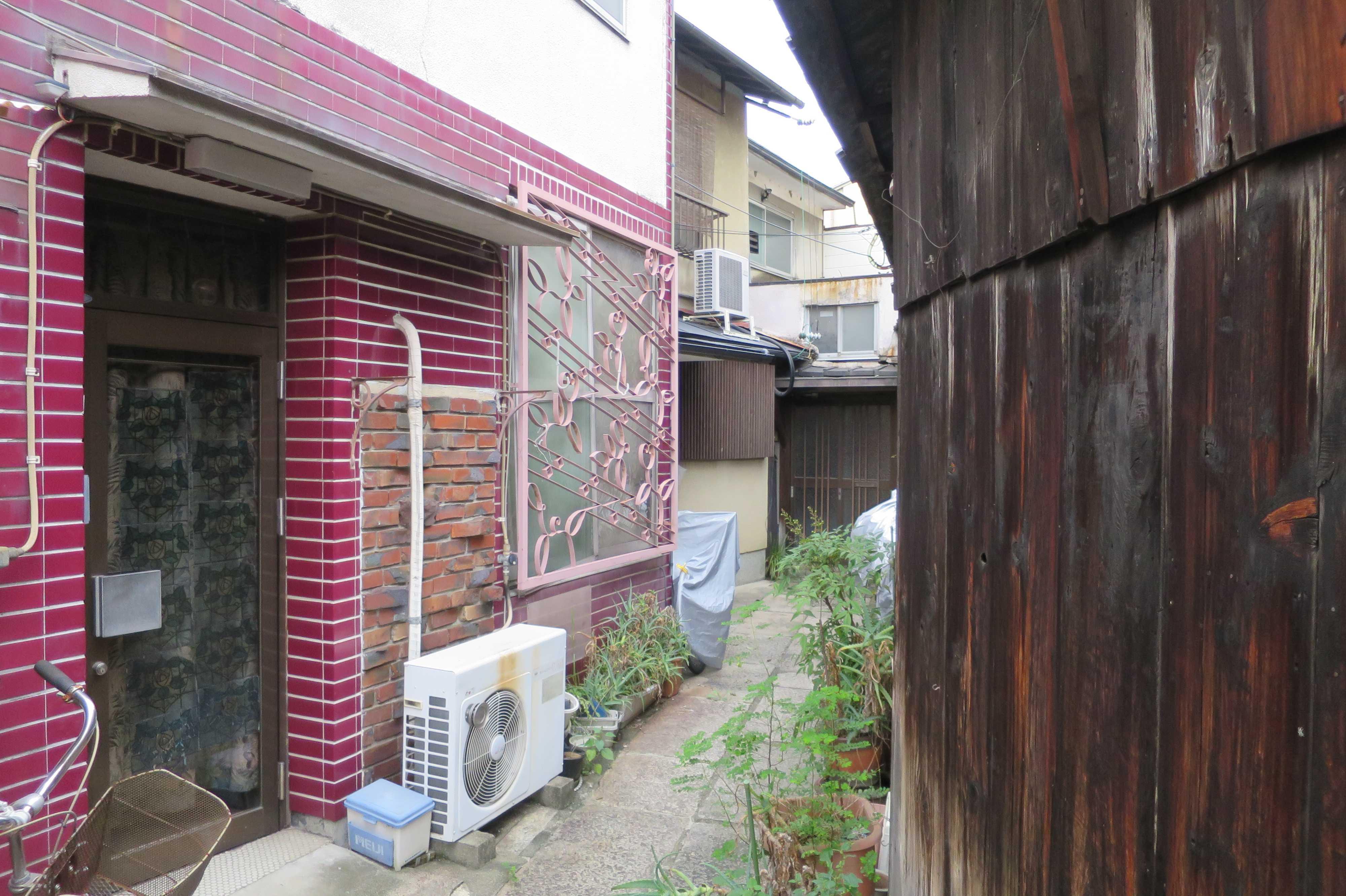 京都・五条 - 赤いタイルと赤いレンガの家