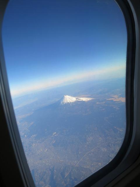 飛行機の窓から見えた冠雪した富士山