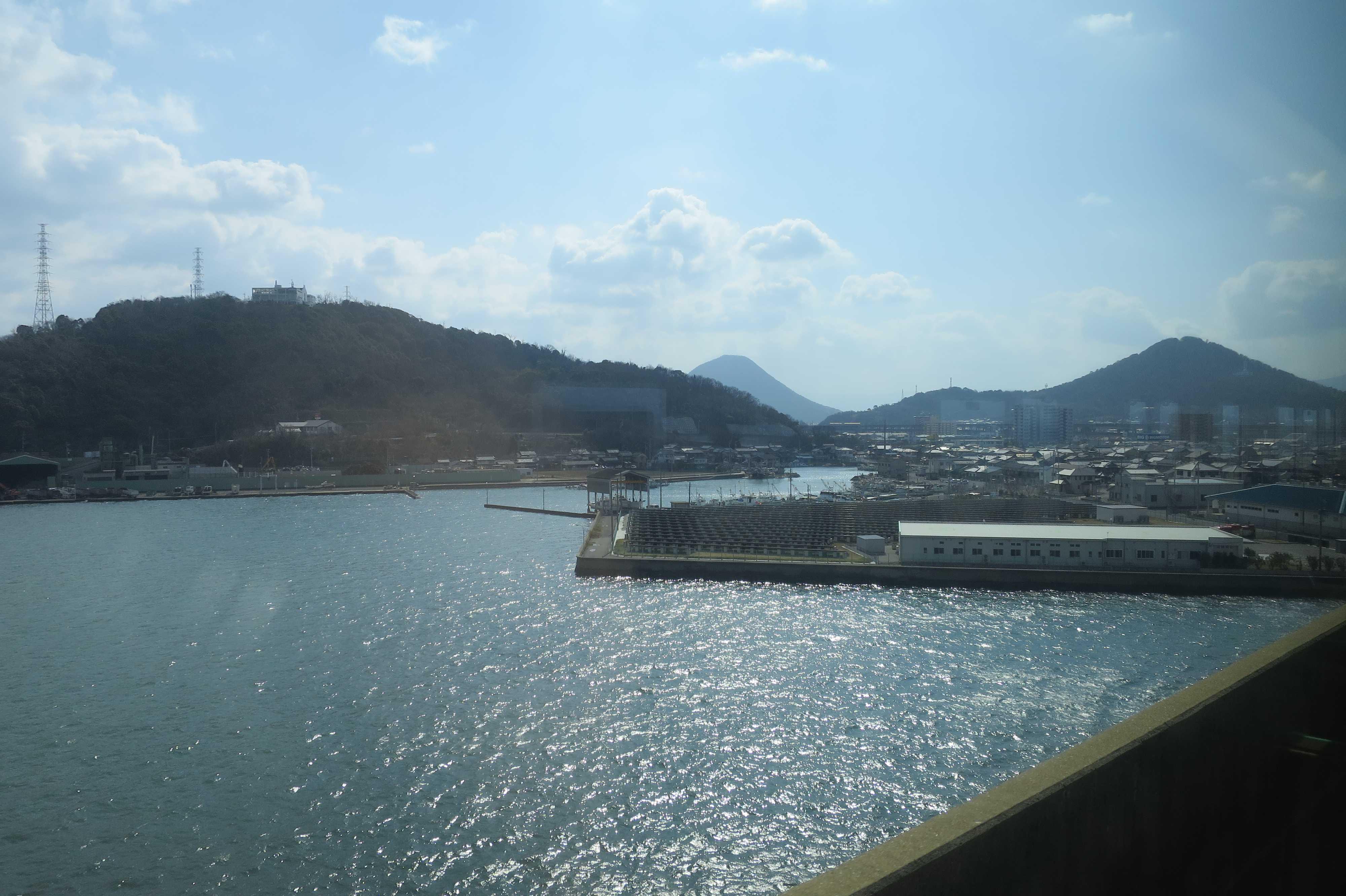 讃岐富士 - 瀬戸大橋を渡り、四国に入る時の光景