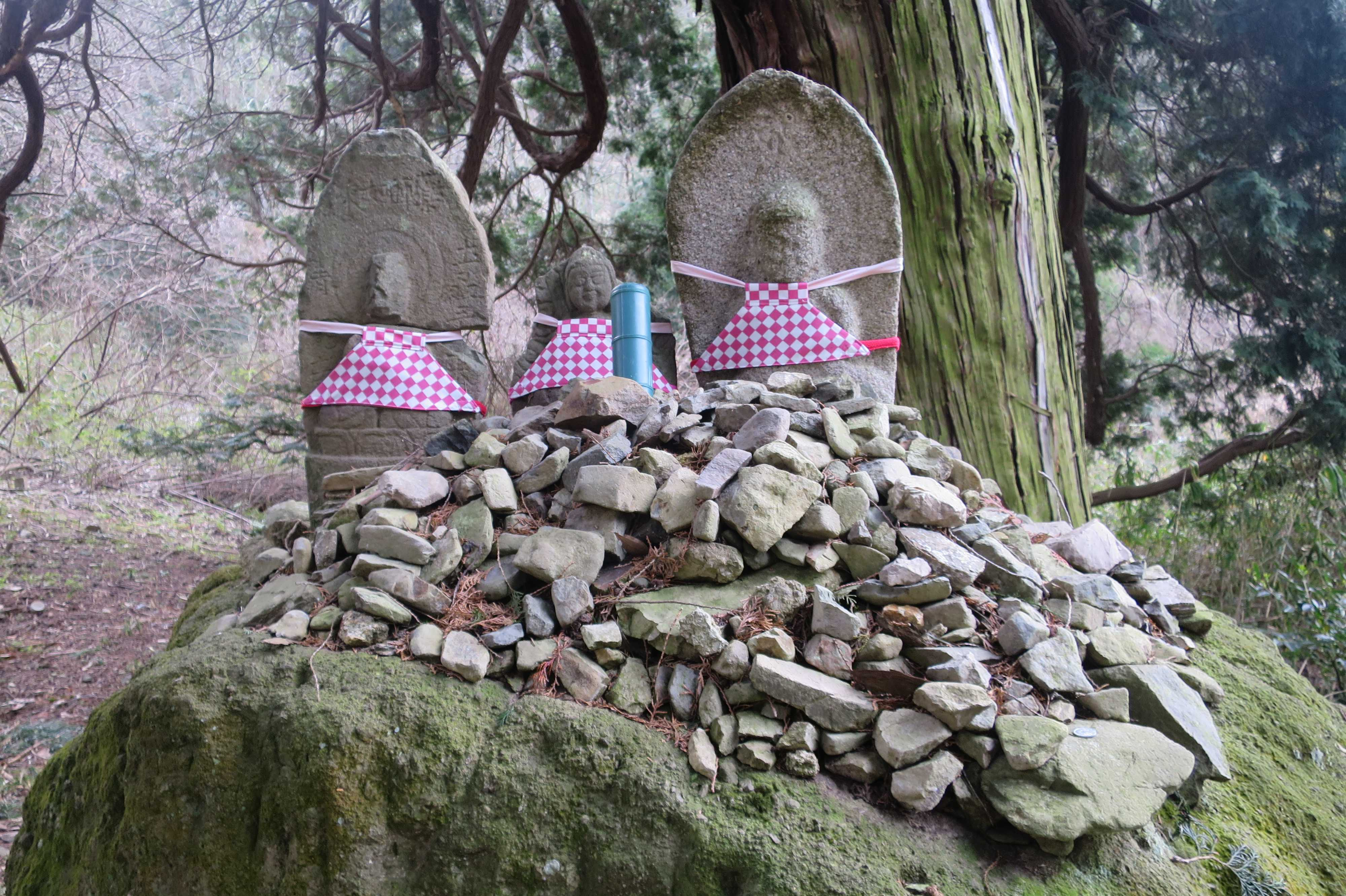 石仏と石積み - 奥の院捨身ヶ嶽禅定