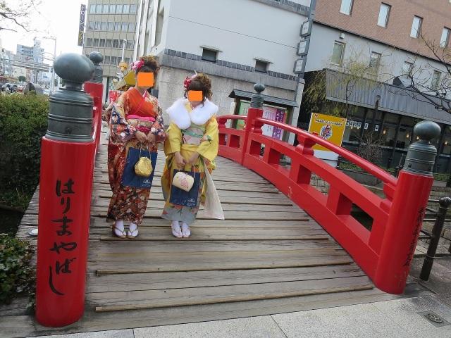 """""""はりまや橋""""の上の成人式の 20歳の女性二人"""