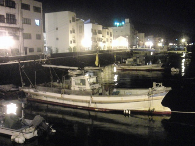 夜の尾道水道に停泊する船