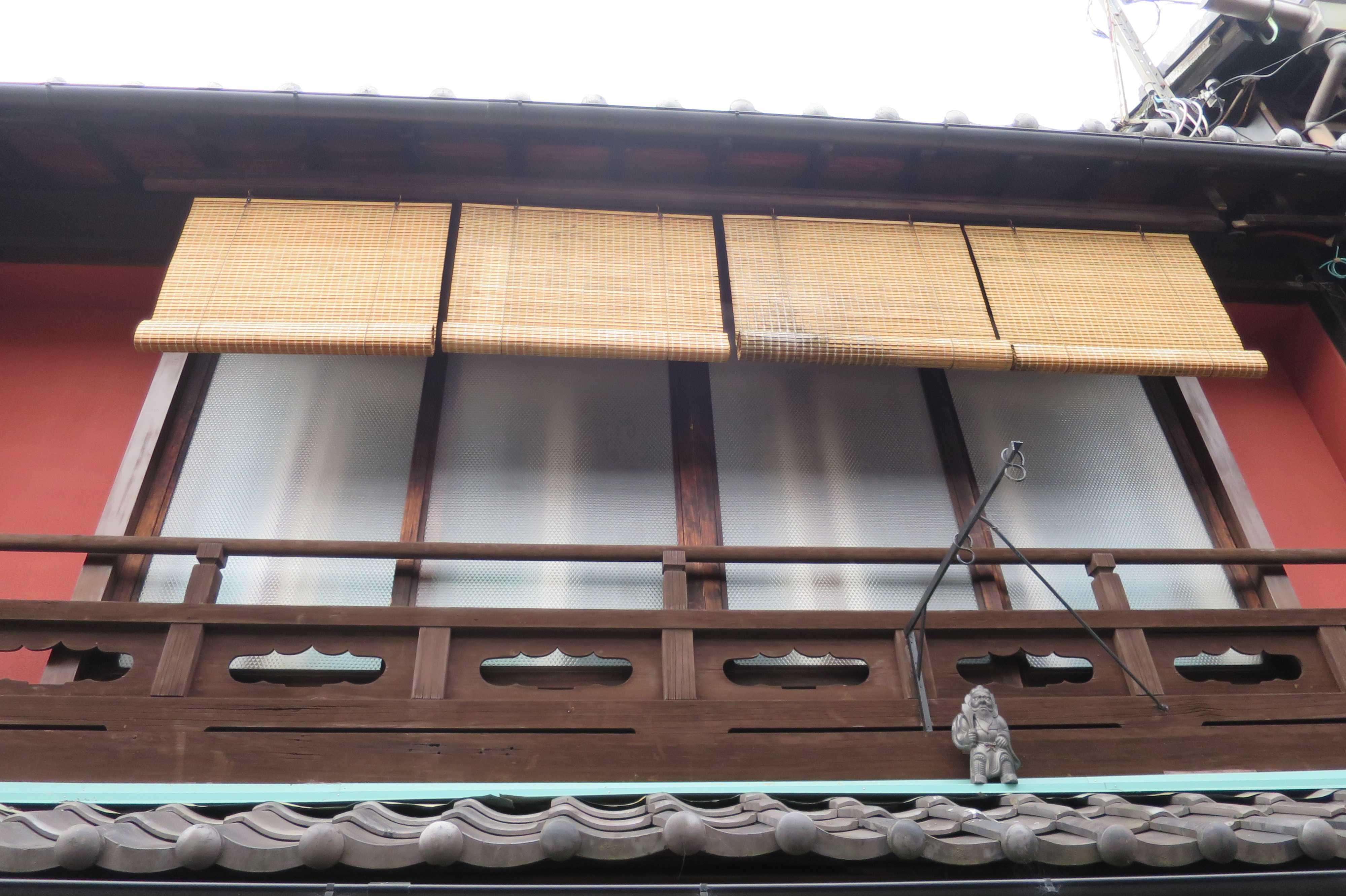 京都・五条楽園の旧遊郭の小屋根の上の鍾馗さん