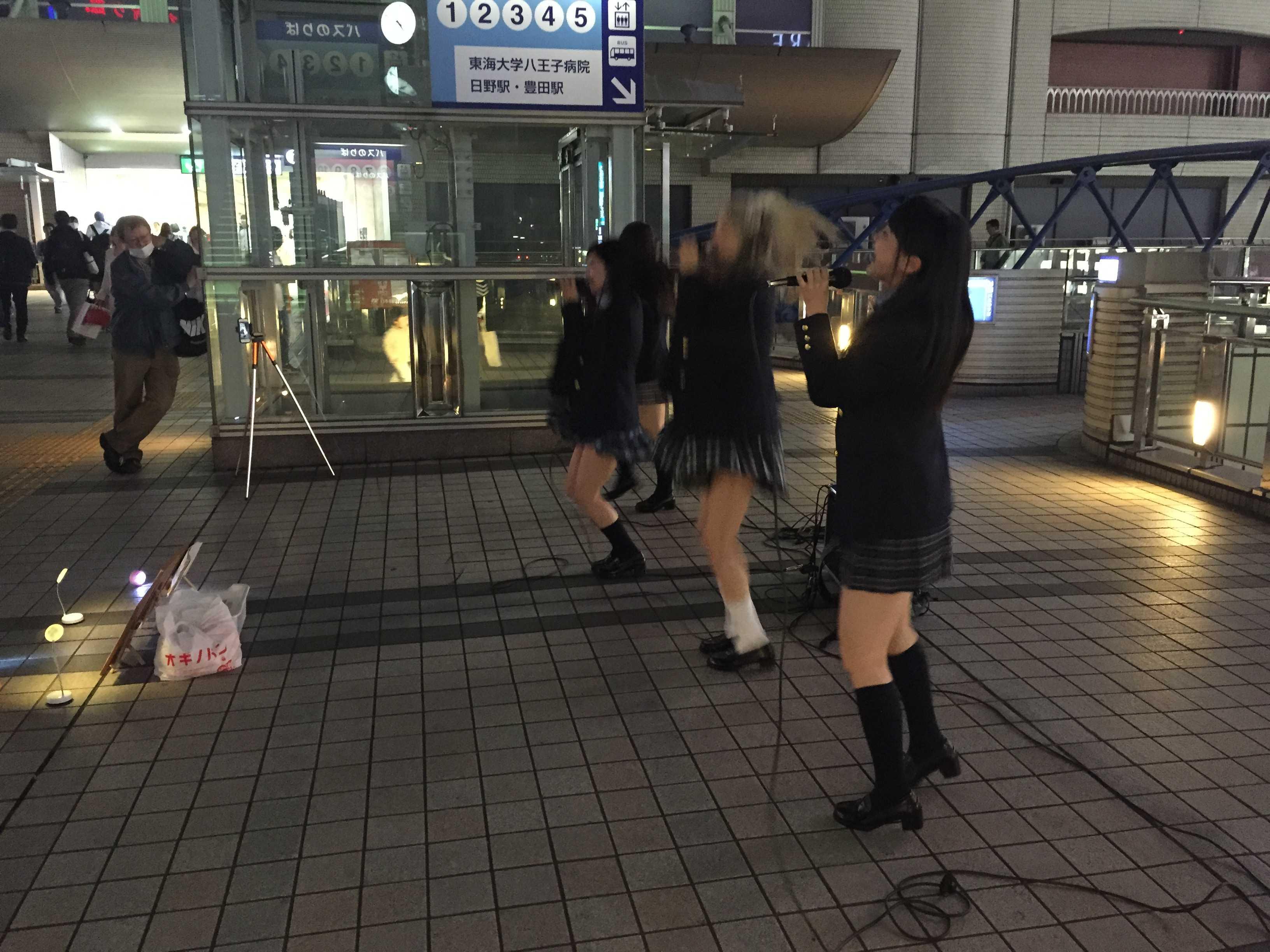 """JR八王子駅前のマルベリーブリッジの上で、歌い踊る """"はちぷり""""こと 8princess"""