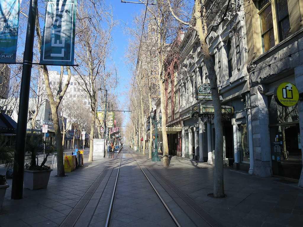 サンノゼ市内を走る VTAライトレールの線路