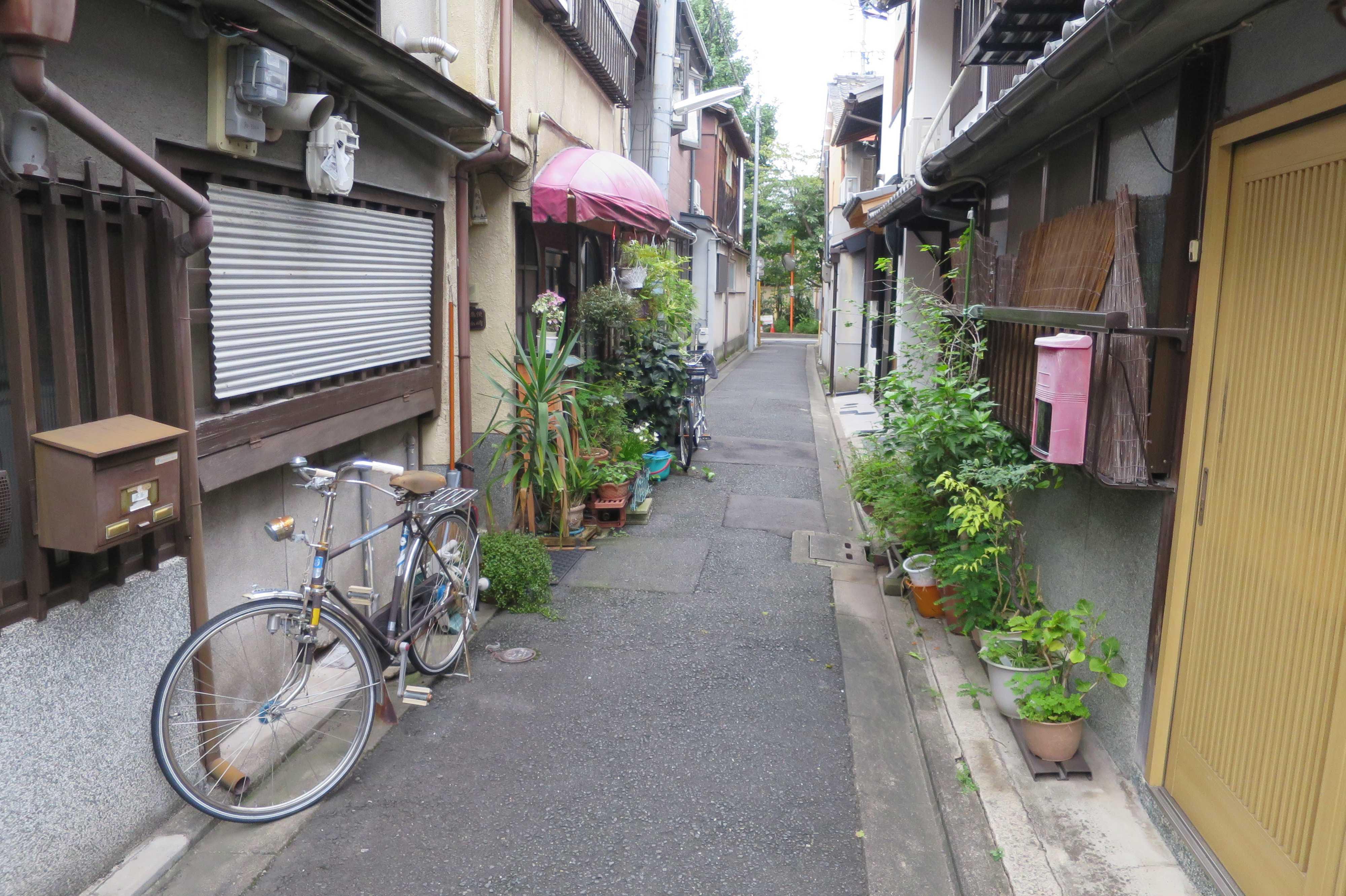 京都・五条 - 壊れかけ色褪せたテントの家