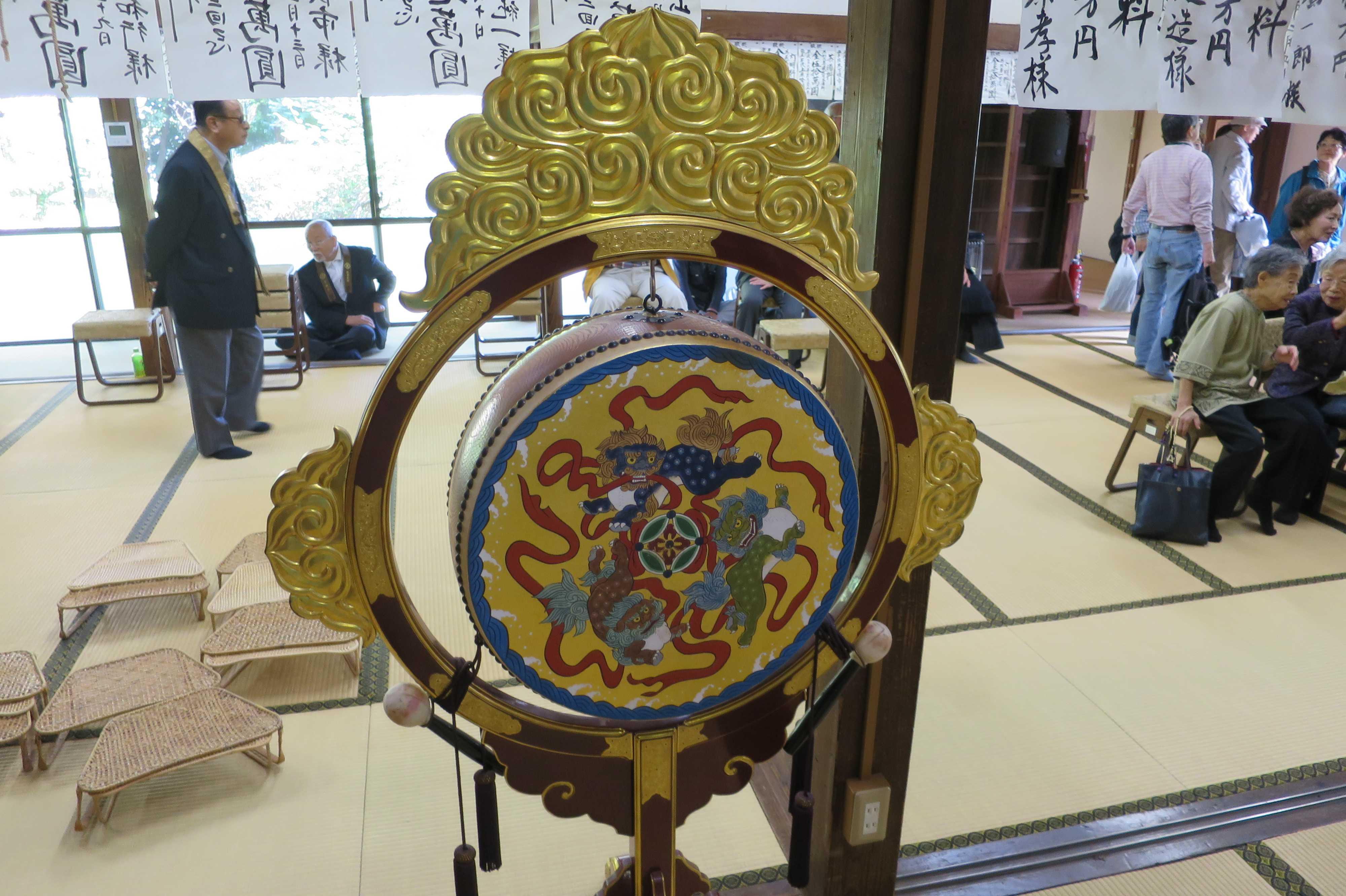 極彩色の太鼓(無量光寺)