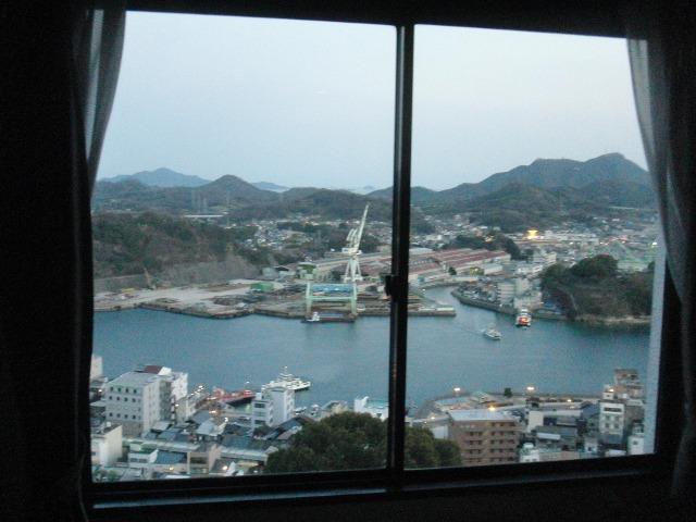 尾道ビュウホテルセイザンの部屋の窓から望む尾道水道