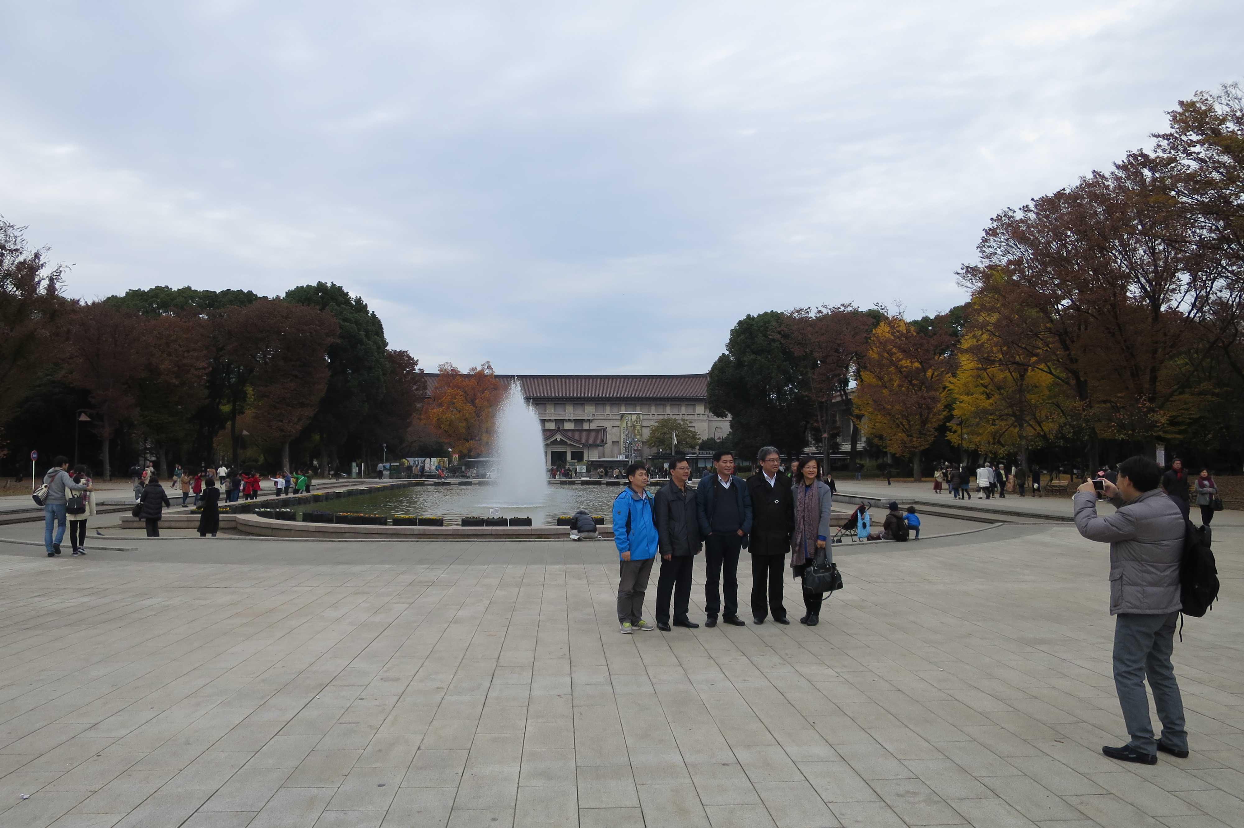 上野公園の噴水の前で記念撮影する中国人ご一行様