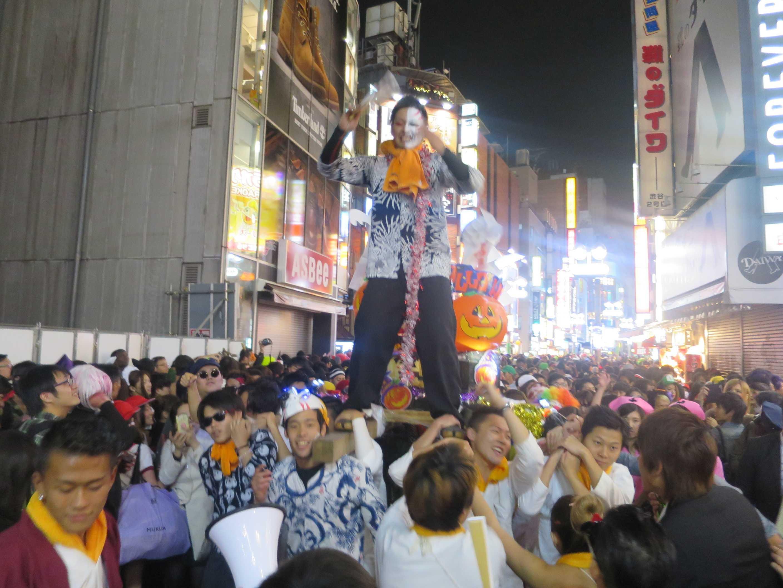 渋谷ハロウィーン - ハロウィンの神・オレンジのお化けカボチャ「ジャック・オ・ランタン」が祀られた神輿