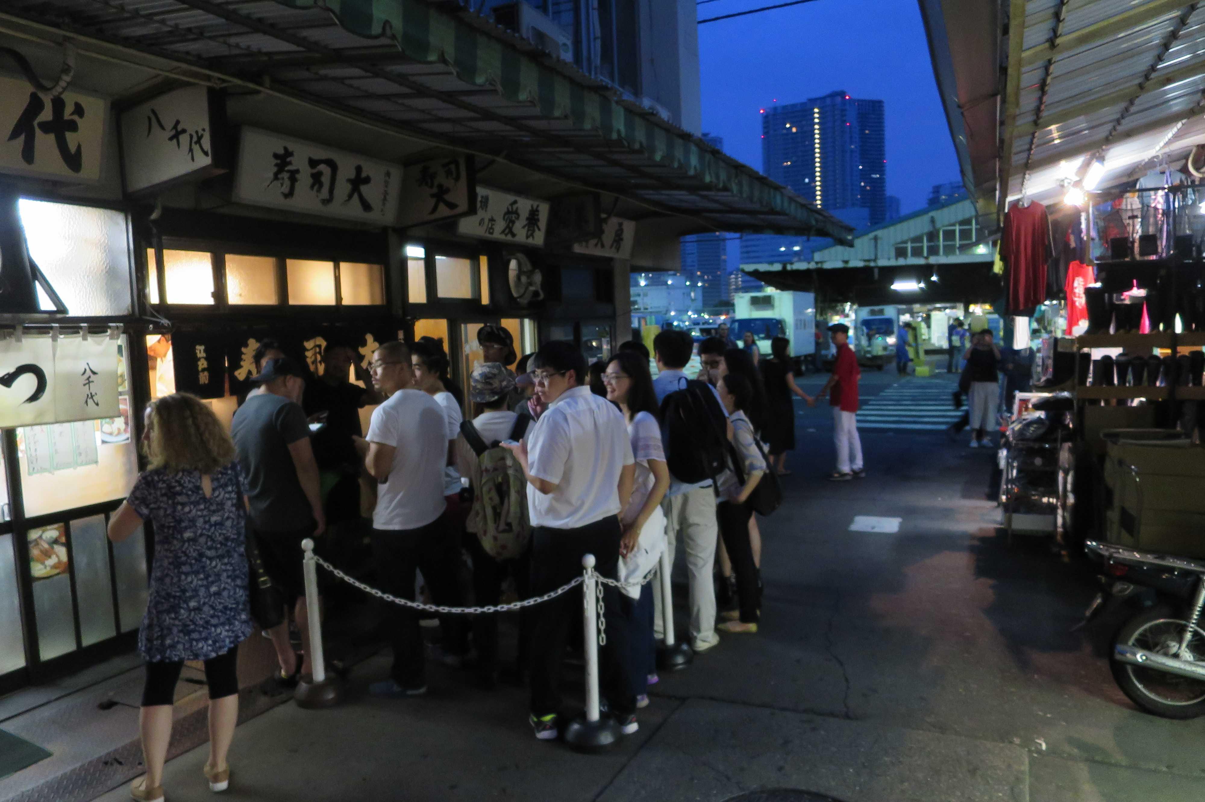 築地市場(場内) - 寿司大 (すしだい)前の行列
