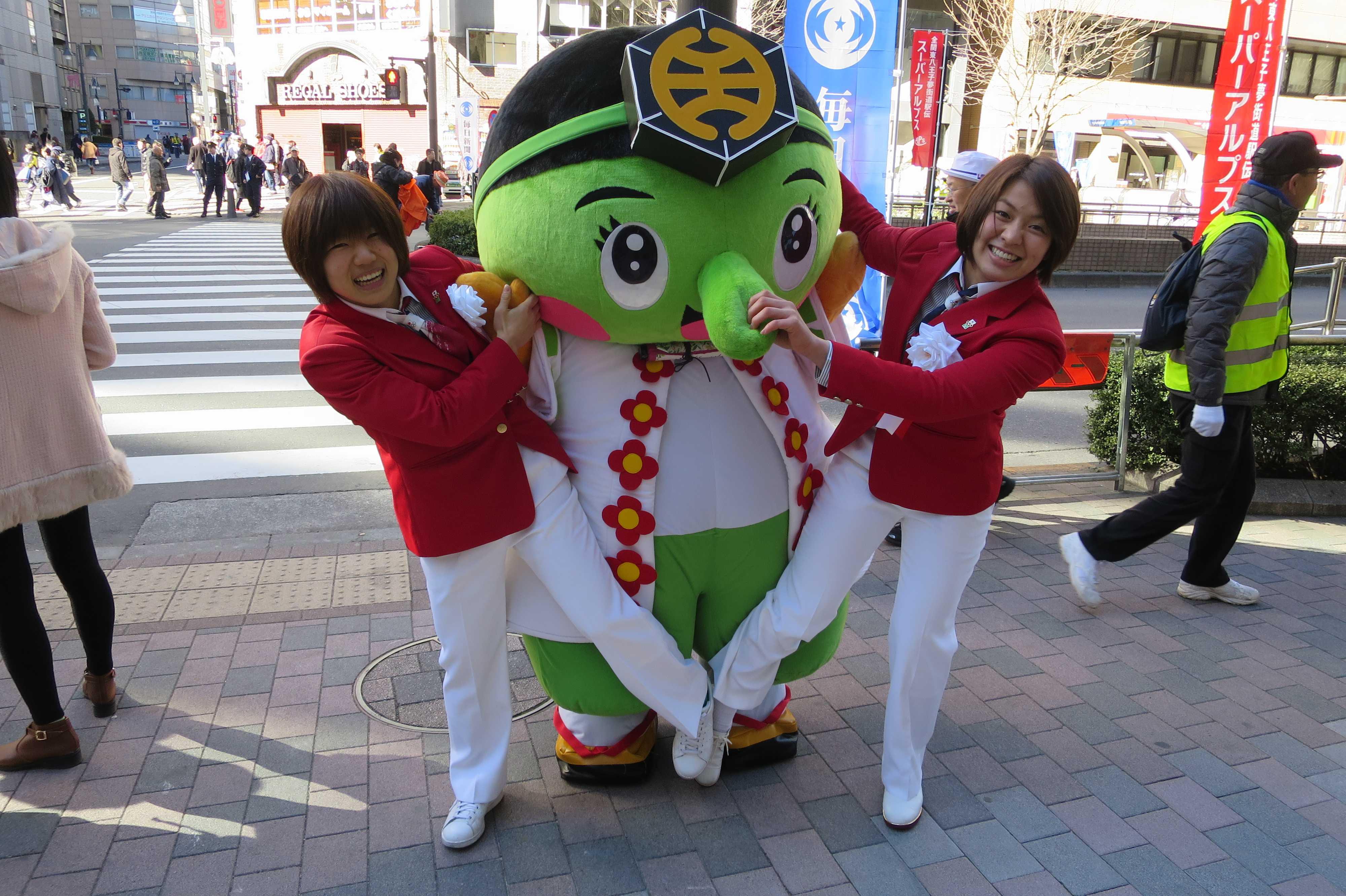 八王子の公式ゆるきゃら「みどリ~」に技をかける中村美里選手と田代未来選手