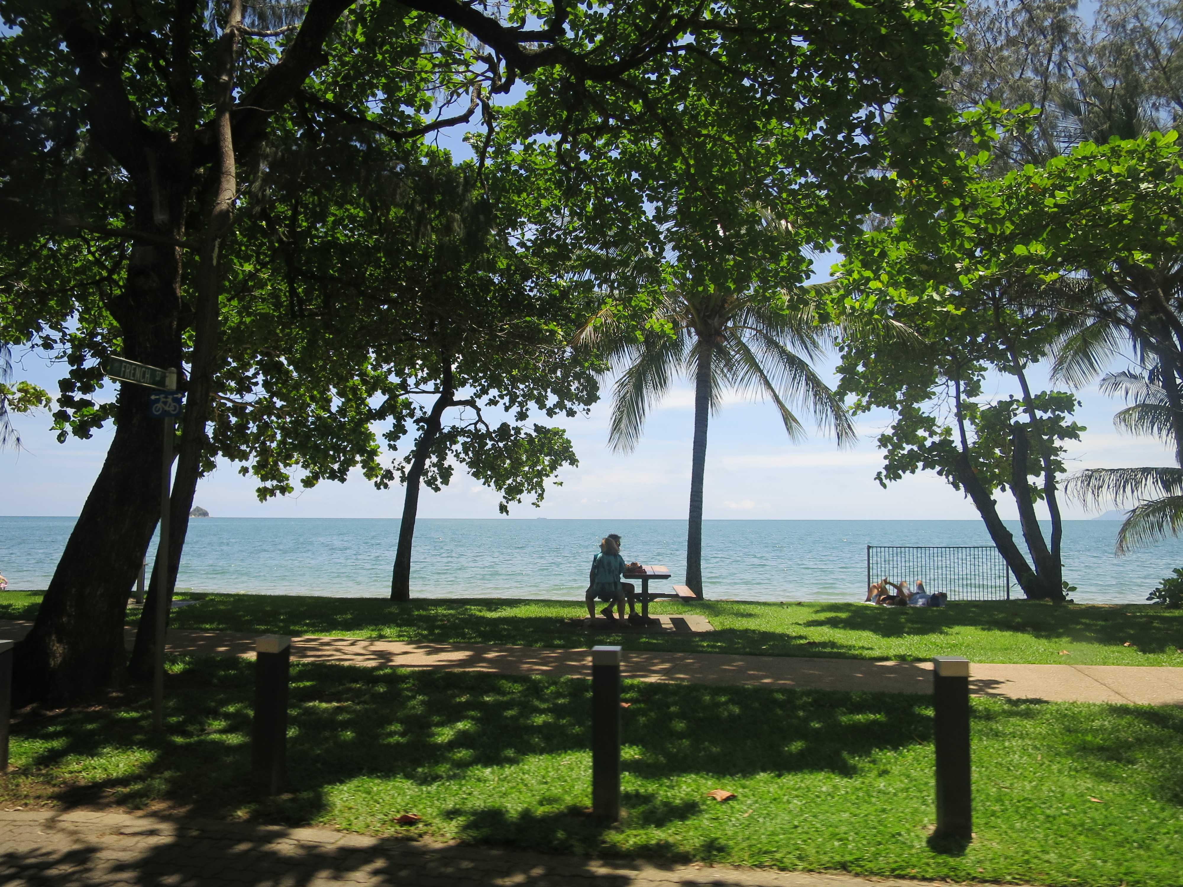 ケアンズ郊外のパームコーブビーチ