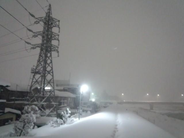 大雪と送電線の鉄塔