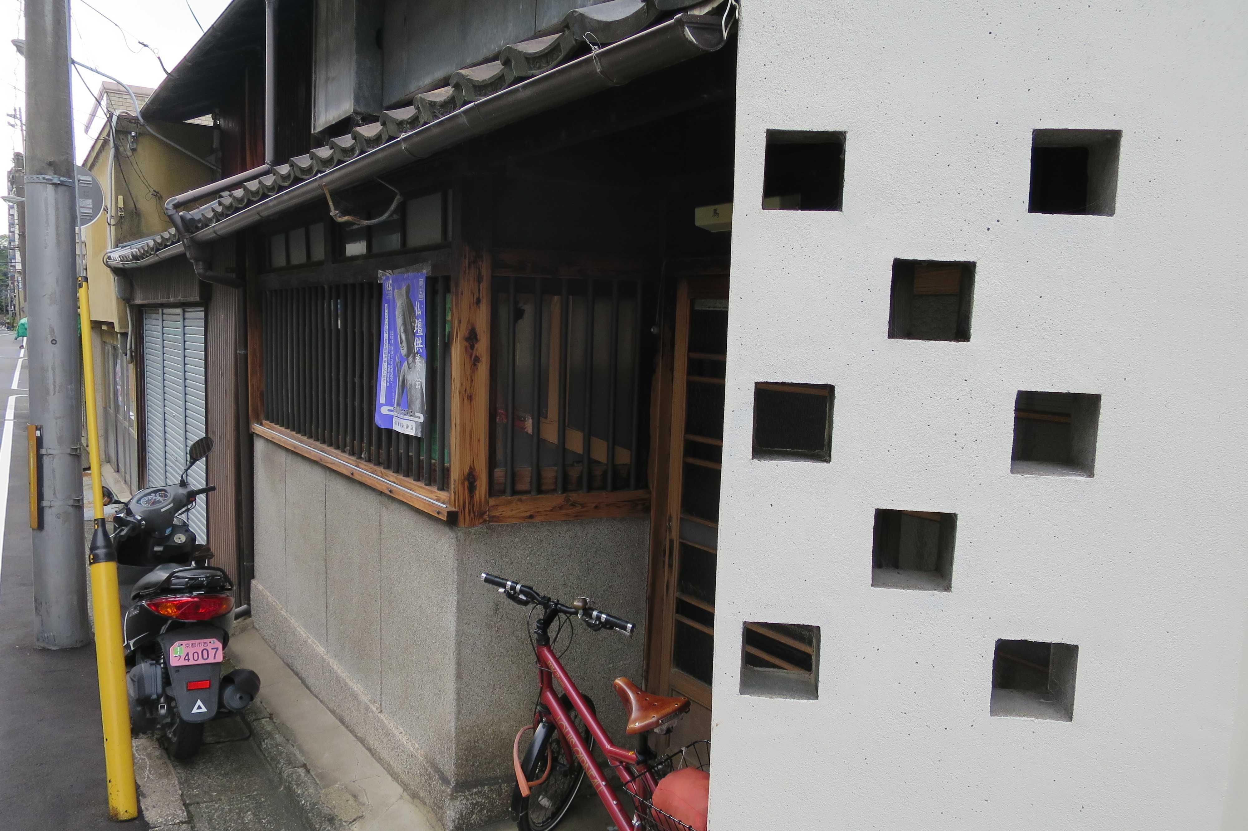 京都・五条楽園 - 白い壁の四角い穴