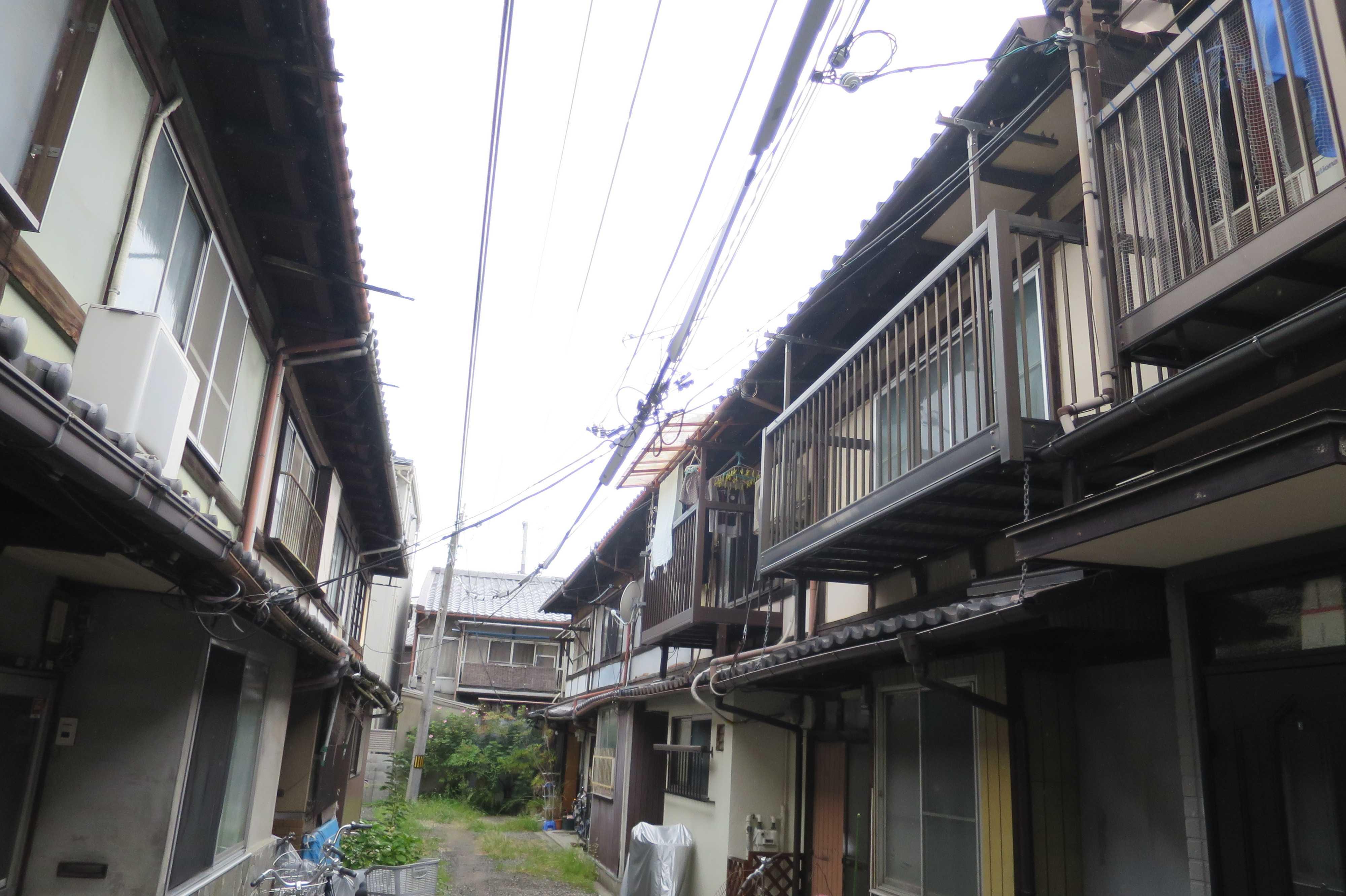 電線が低い京都の路地裏