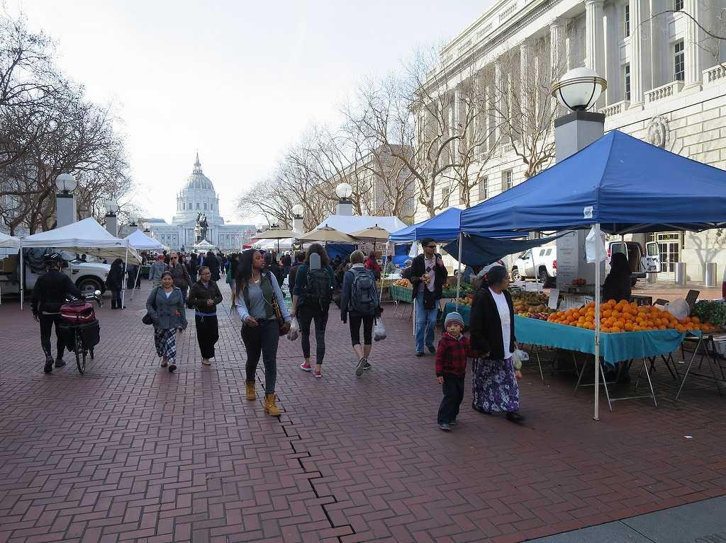 サンフランシスコ市庁舎前のマーケット