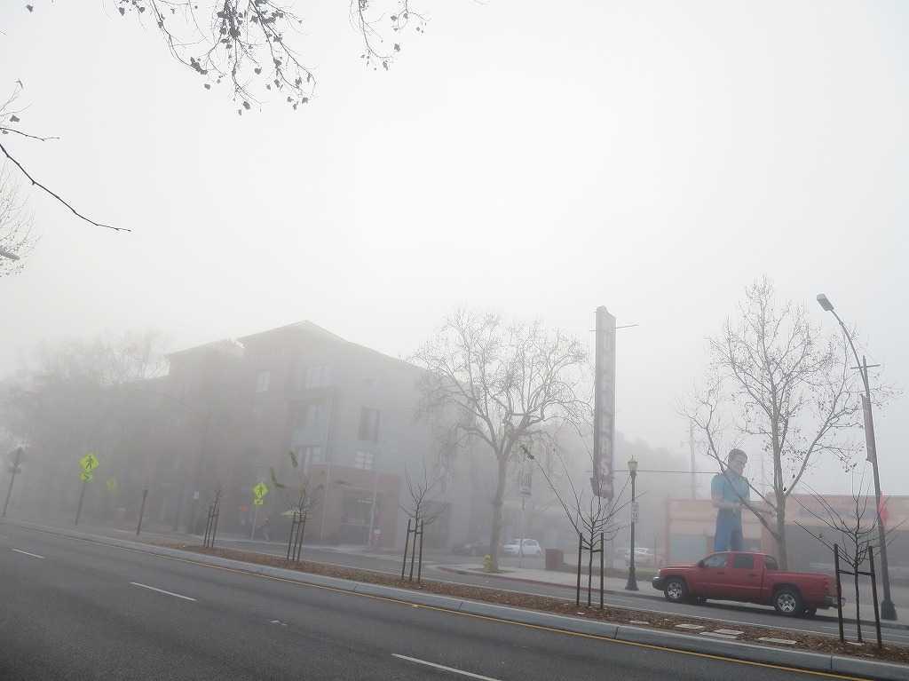霧に包まれる Muffler Man(マフラーマン)- サンノゼ